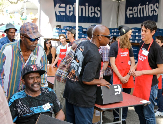 etnies_LA_Mission_Easter_2013_-_etnies_Volunteers___pro_riders_pass_out_etnies_shoes_to_Skid_Rows_homeless_2100x1593_300_RGB
