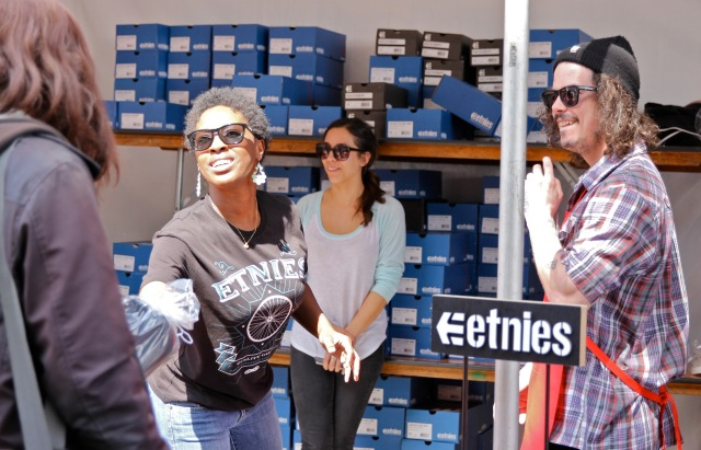 etnies_LA_Mission_Easter_2013_-_etnies_Volunteers_work_together_to_give_out_shoes_to_the_homeless__2__2100x1351_300_RGB