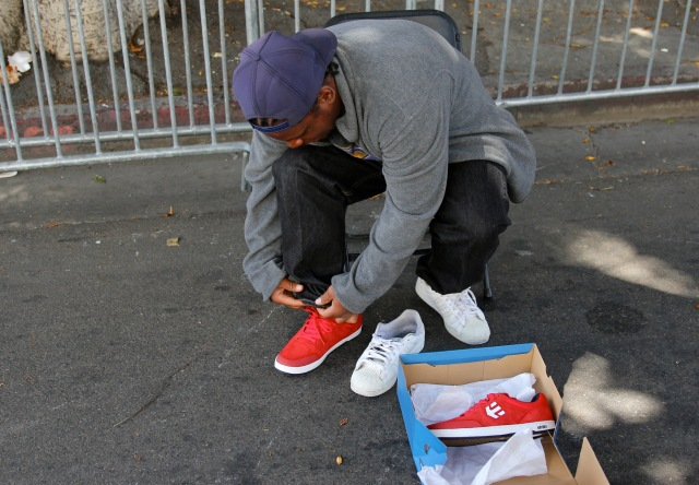etnies_LA_Mission_Easter_2013_-_Homeless_Man_Trying_on_New_etnies_Shoes_2100x1458_300_RGB