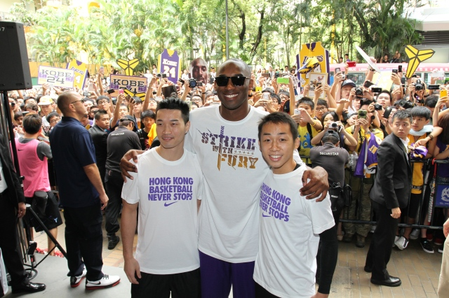 Kobe_with_players_in_HK_22044