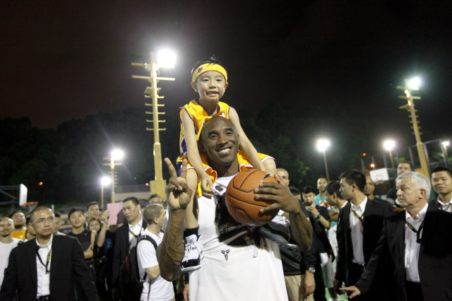Kobe_with_young_fan_22050