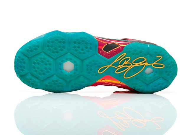Lebron11_Unleashed_600_outsole_17000.jpg_FB_28249