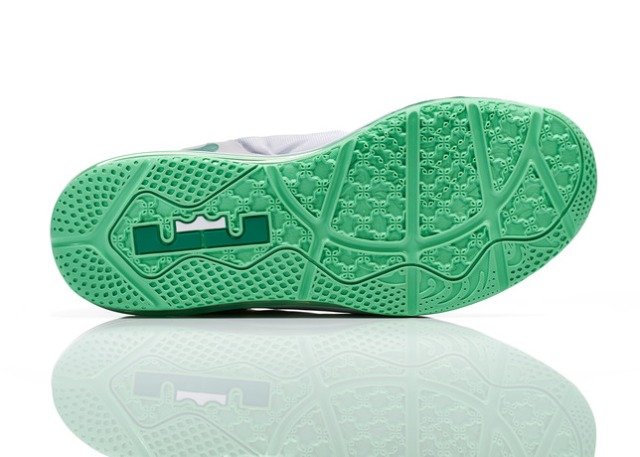 Lebron_11_Low_Easter_100_outsole_0052_FB_28297